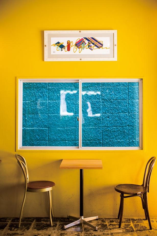 manucoffee roasters クジラ店 / 1階のカフェスペースに飾られたPOPYOILによる作品。これら3枚は「COFFEE」をテーマに同サイズで描かれている