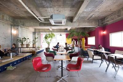 manucoffee roasters クジラ店 / 2階のカフェスペース。小上がり席があるのもユニーク