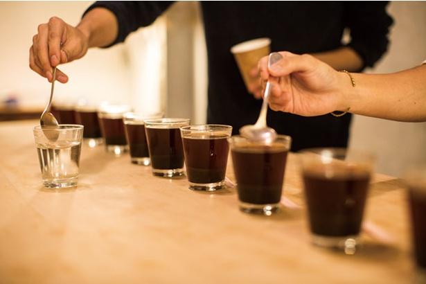 COFFEE COUNTY Fukuoka / カッピングを日々行い、ねらいどおりのコーヒーを抽出できるようトレーニング