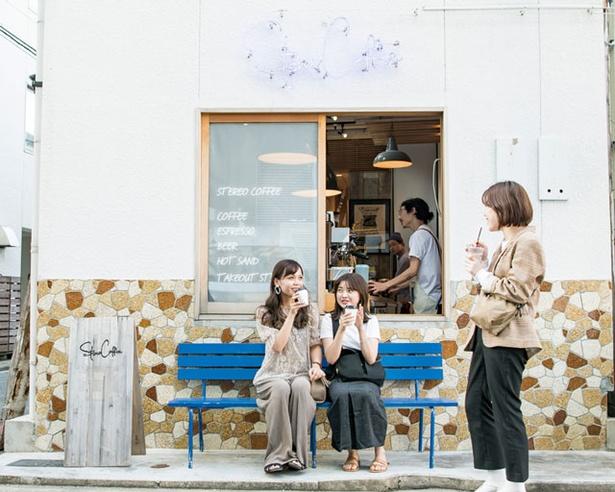 STEREO COFFEE / 青いネオンの下でくつろぐ観光客たち