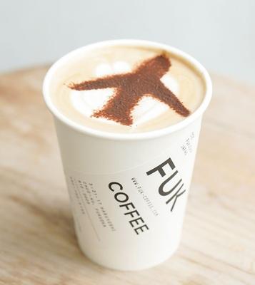 FUK COFFEE / カフェモカ FLIGHTつき(540円)。ほかのラテには+20円で飛行機のラテアートを付けられる