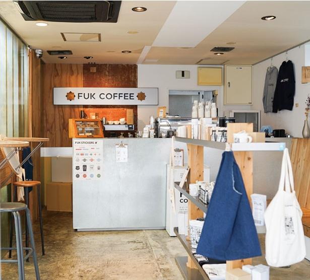 FUK COFFEE / 飛行機のプレートなどが飾られた店内。入口の大きなキャリーケースが目印