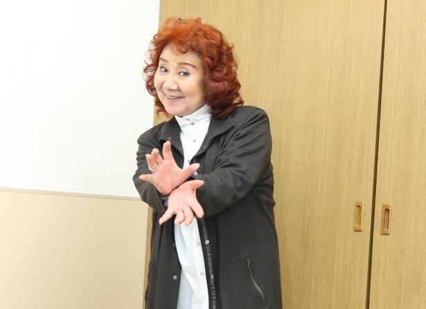 【写真を見る】野沢雅子が「かめはめ波」のポーズ!