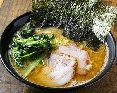 ラーメン(700円)。とろみのあるスープに中太麺がマッチ