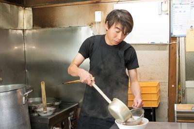 「長井おなじみの馬肉食文化をどうぞ」と店主・色摩 亨さん