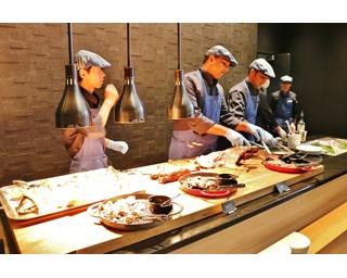 ライブステーションでは、目の前で肉や魚を切り分けてくれる。塊肉やまるごとのはまちにビックリ