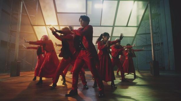"""16人ユニット""""RED""""による楽曲「君の唇を離さない」"""