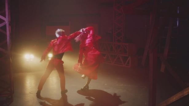 難易度の高いダンスをこなすメンバーたち