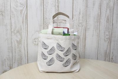 【写真を見る】福袋に入っているアイテムを一挙紹介!「成城石井直輸入 世界のお菓子セット」はオレンジの柄のトートバッグも魅力