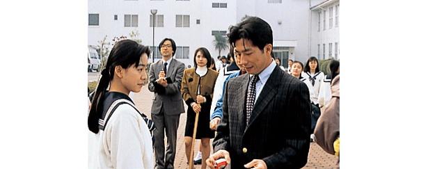 【写真を見る】生徒である繭(桜井幸子)の積極的なアプローチに戸惑う羽村(真田広之)だったが…