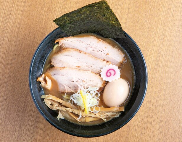 【写真を見る】17年11月に登場した人気メニュー濃厚特製豚骨魚介らーめん1050円