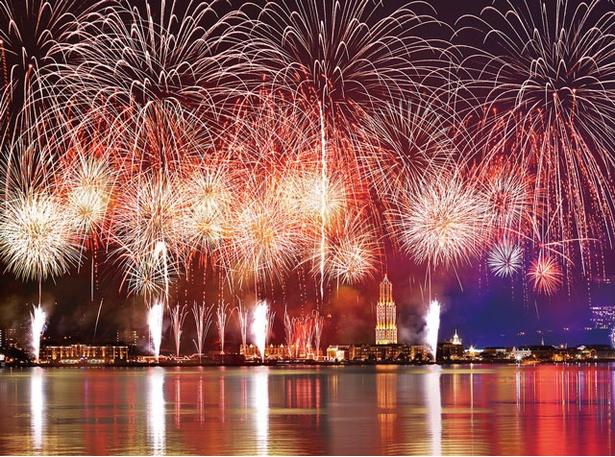 カウントダウンに合わせて、8000発の花火が夜空に咲く