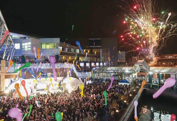 年が変わると同時に、イベントのピークを迎える。花火や風船が一緒に夜空に舞う