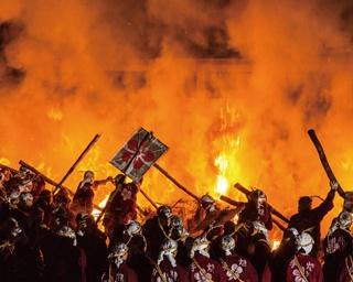 300人が入り乱れる伝統的な祭事「うそ替え・鬼すべ神事」が開催