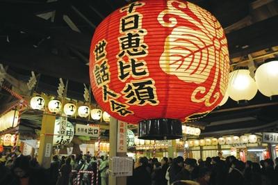 十日恵比須神社 正月大祭 / 約400の露店が参道の両脇に軒を連ねる。飲食物からみやげまで販売する
