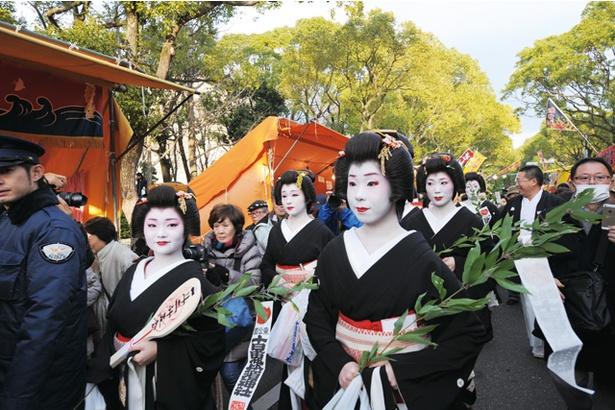 十日恵比須神社 正月大祭 / 芸妓たちが、三味線や太鼓に合わせて参拝