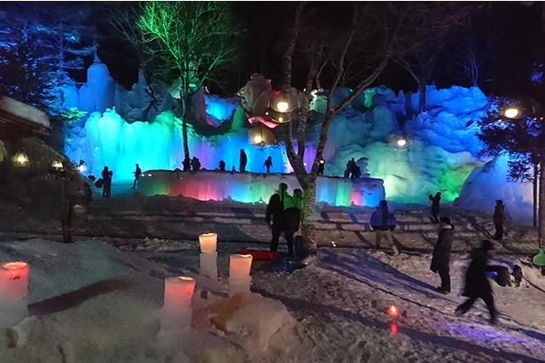 ライトアップされた幻想的な氷柱群