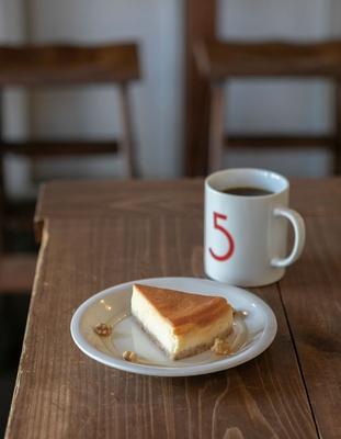 5CAFE 本店 / チーズケーキセット(750円)。ケーキのボトムに敷くクラッカーも自家製