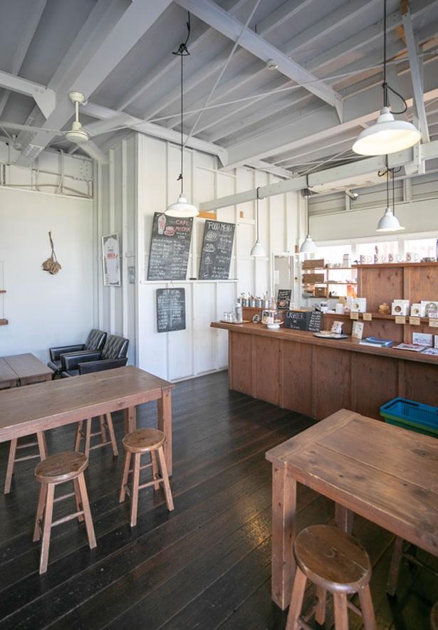 5CAFE 本店 / 店内やテラス席から那珂川の河原が見える