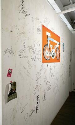5CAFE 本店 / 壁の一角には選手たちのサインがぎっしり