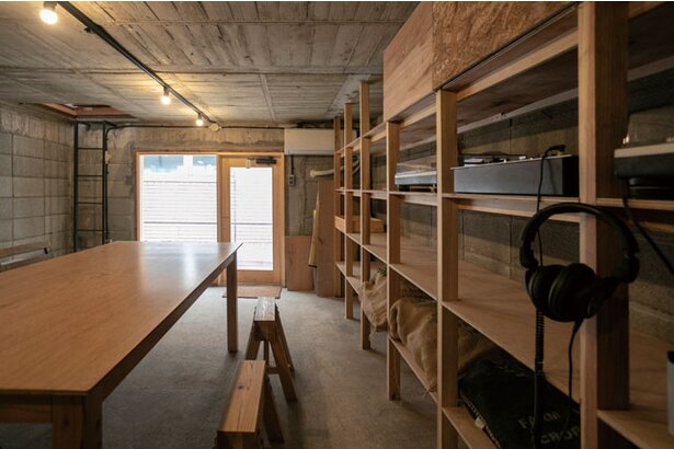 NIYOL COFFEE / 一度外に出て入る地下室はイベントスペースとしても活用