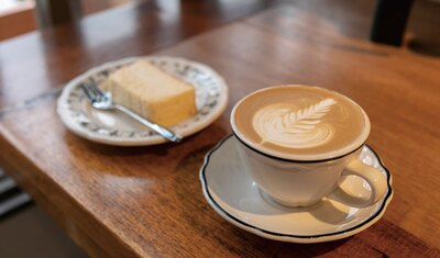 NIYOL COFFEE / カフェラテ(450円)とチーズケーキ(450円)