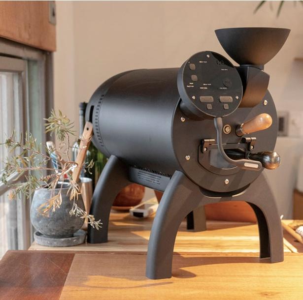 NIYOL COFFEE / カウンターの奥に置かれた4本足のかわいい焙煎機