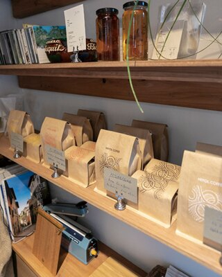 NIYOL COFFEE / コーヒー豆のほか、「YAGIO」のコーディアルシロップなども販売する
