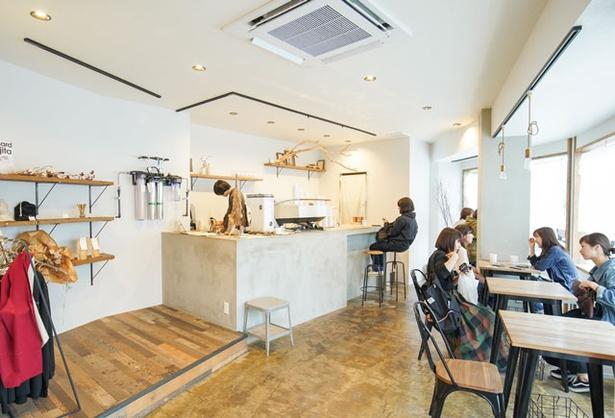 siro coffee / 内装や外観は白で統一。木やドライフラワーがアクセントに
