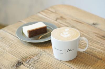 NIYOL COFFEE / カフェラテ(450円)、チーズケーキ プレーン(400円)。スイーツは手作り