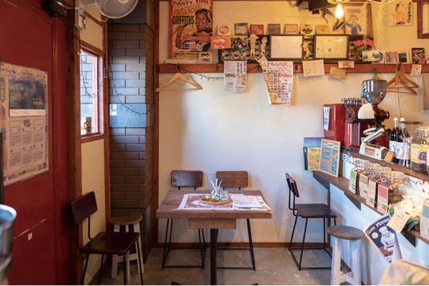 あびる珈琲 / テーブルに座りながらも店主と普通に会話ができるコンパクトな店内
