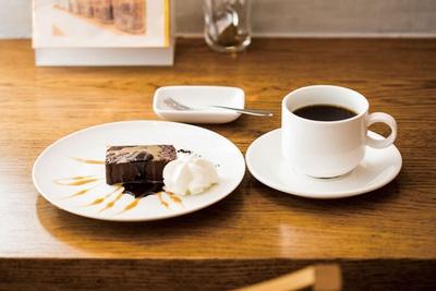 NEUTRAL COFFEE / ホットコーヒー(400円〜)、濃厚生チョコケーキ(450円)