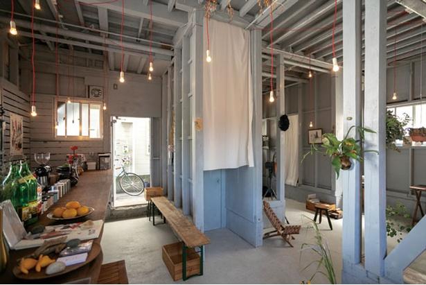 coffee月白 / 奥はギャラリースペースで、絵や照明の展示のほかライブも行う