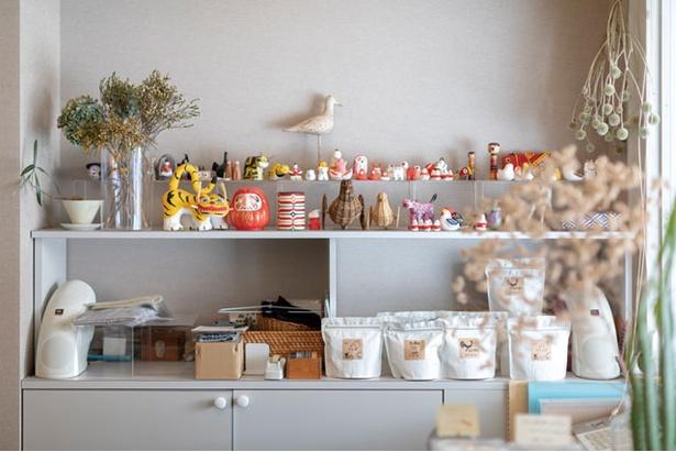 そふ珈琲 / 店内には吉田さんが集めた民芸品や郷土玩具が飾られる