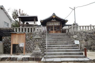 住宅街の路地にある神社/櫟谷七野神社
