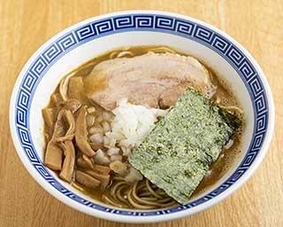 「煮干醤油そば」(750円)。濃厚スープのほか、醤油ダレや香味油にも煮干しを使っていて、煮干し好きにはたまらない一杯だ