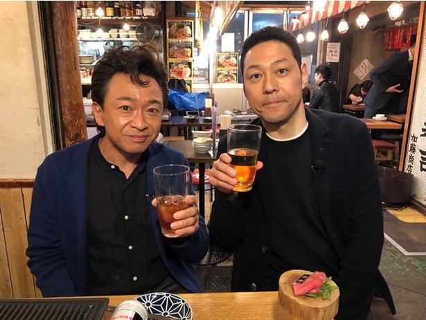 TOKIO・城島茂(左)が「1周回って知らない話 2時間SP」(日本テレビ系)に初出演。MC・東野幸治とお酒を交わしならぶっちゃけトーク
