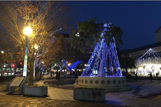 【写真を見る】ブルーを基調としたイルミネーションが多目的広場を彩る