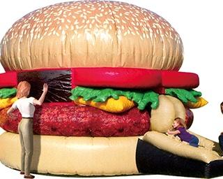 巨大ハンバーガーの中で思いきり飛び跳ねよう!