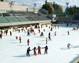 50m×25mの屋外プールがリンクに/大阪市立真田山プール 屋外アイススケート場