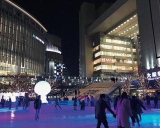 梅田の中央に出現したスケートリンク。食事やショッピングなどの際にも楽しんで/ウメダ アイスリンクつるんつるん