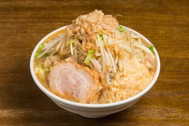 ラーメン(大)750円。写真は野菜マシ、ニンニク、アブラ多め。豚はバラ肉をスープと一緒に煮込んでいる。厚切りだが箸で崩れるほどホロホロ