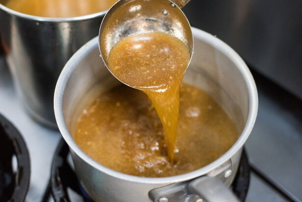 豚骨100%スープに対し、醤油ダレを多めに使用する。そのため冷めないよう小鍋で2つを合わせる