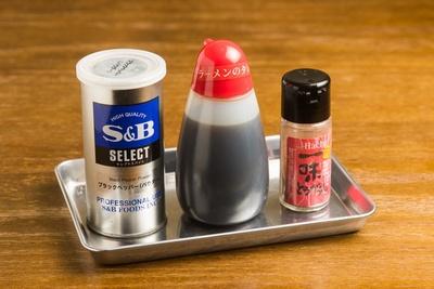 卓上には胡椒、一味唐辛子、カエシ(醤油ダレ)が用意されている
