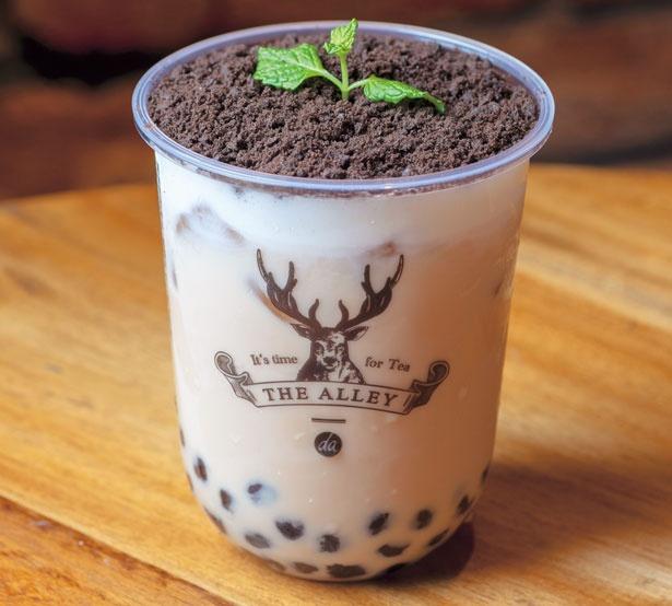盆栽をモチーフにした遊び心あふれる盆栽タピオカミルクティー(648円、M)は、ココアチップを混ぜながら飲むと、タピオカと交わり独特食感がクセに/THE ALLEY 神戸・三宮店
