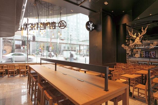 1階にテーブル、2階にソファー席と系列店のなかでも一番の広さ/THE ALLEY 神戸・三宮店