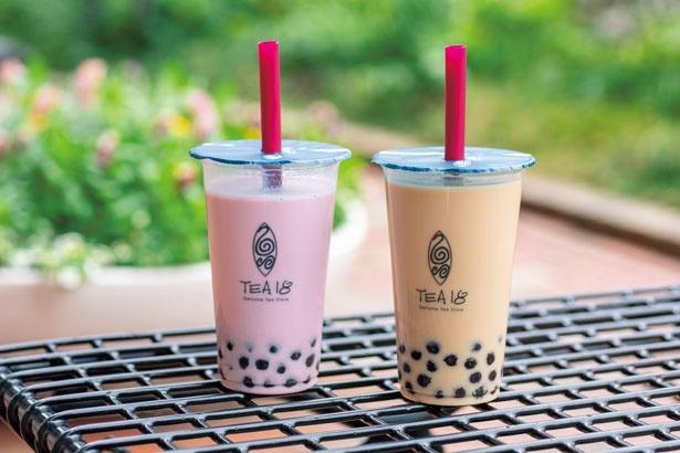 程よい柔らかさとモチモチのタピオカがいっぱいの台湾ミルクティー(420円、右)、紫芋ラテ(450円、左)。ミルクティーは東方美人など茶の種類も選べる/TEA18