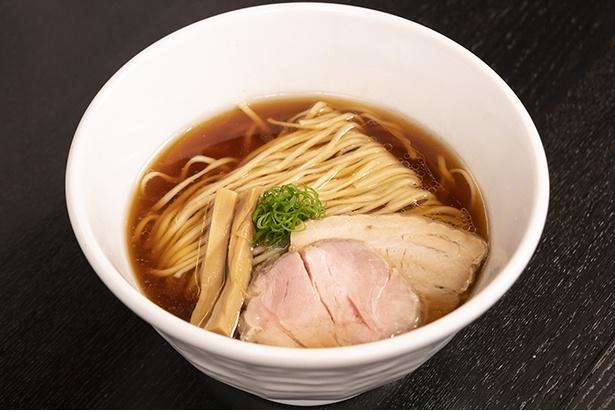 「醤油そば」(780円)。鶏と魚介が上品に合わさっており、やや甘味のある醤油ダレとマッチしている