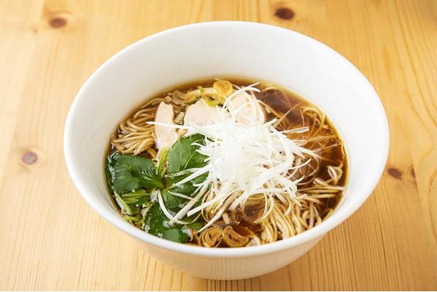 「醤油ラーメン」(780円)。名古屋コーチンと東京シャモの丸鶏に本枯節を加え、キリっとしたスープに仕上がっている
