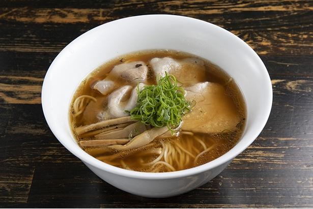 「醤油Soba」(900円)。「はちきん地鶏」の丸鶏と「ケンカシャモ」のガラなどに鮮魚や魚介を合わせている